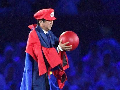 Shinzo Abe disfrazado de Super Mario en la clausura de los Juegos de Río, el domingo.