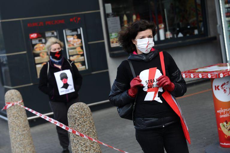 Mujeres polacas protestan este martes en Cracovia contra el debate en el Parlamento de las leyes sobre aborto y educación sexual.