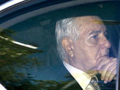 Carlos Dívar abandona en coche la sede del CGPJ después de dimitir.