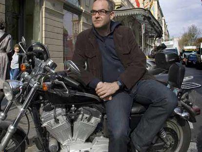 Àlex Rigola, frente al Liceo de Barcelona, con su Harley Davidson Sportster 883.