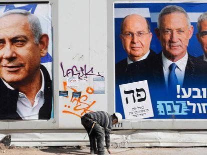Carteles electorales de Likud (izquierda) y de Azul y Blanco, en Tel Aviv.
