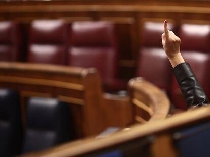 Un miembro del hemiciclo vota durante una sesión plenaria celebrada en el Congreso de los Diputados, en Madrid,