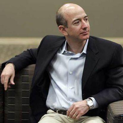 Su idea fue sencilla. Agrupó el comercio e Internet, el resultado: Amazon, la compañía de comercio 'online' más grande del mundo. Comenzó vendiendo libros por Internet y ha acabado como un imperio.