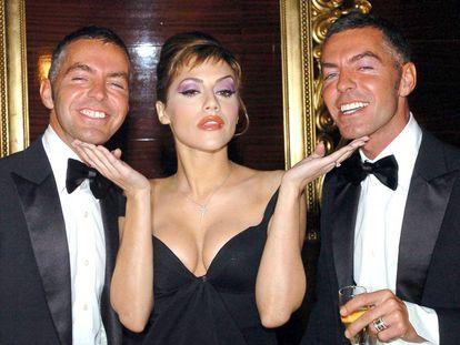 Los fundadores de Dsquared, Dean y Dan Caten, con Brittany Murphy en una fiesta en Milán celebrada en 2006, tres años antes de la muerte de la actriz.