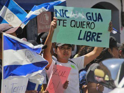 Un grupo de manifestantes protesta contra las reformas de la Seguridad Social.