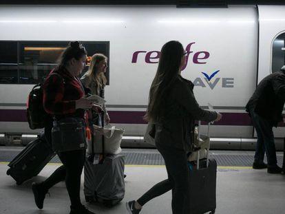 Pasajeros del AVE en la estación de Sants.