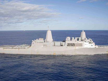 El buque de guerra 'USS Arlington' navegando por el Atlántico, el pasado diciembre.