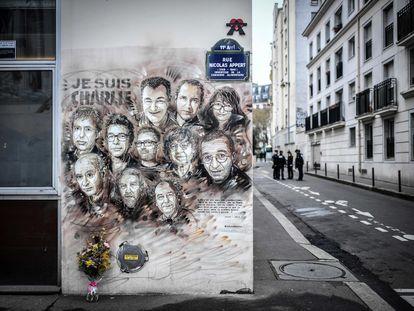 Retratos de los trabajadores de 'Charlie Hebdo' muertos en el ataque, en enero de 2019 en una pared frente a la redacción de la revista en París.