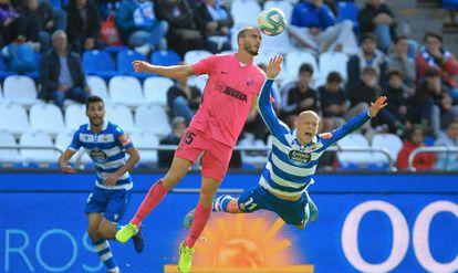 Víctor Mollejo, delantero del Deportivo, cae ante un rival durante un partido en Riazor.