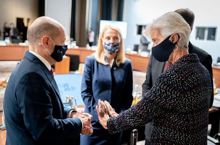 El ministro alemán de Finanzas, Olaf Scholz, charla con Christine Lagarde, presidenta del BCE.