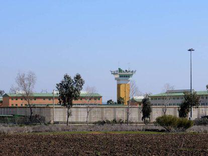 Imagen del exterior de la cárcel de Huelva. En vídeo, declaraciones de Fernando Grande-Marlaska, ministro del Interior en funciones.