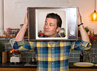 Jamie Oliver tomando un té en uno de los salones de sus oficinas londinenses, desde donde planea el asalto digital a la gastronomía.