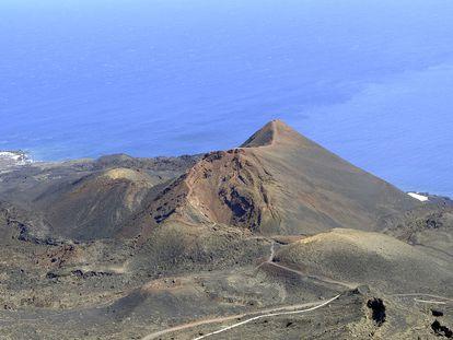 Vista del volcán de Teneguía cerca de Cumbre Vieja, zona al sur de La Palma donde se ha registrado la actividad sísmica.