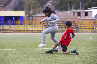 Deysi juega al fútbol los fines de semana.
