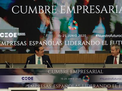 El presidente de CEOE, Antonio Garamendi (izq.), y el presidente de Airbus, Alberto Gutiérrez (der.), participan durante la tercera jornada de la Cumbre Empresarial organizada por la CEOE, este miércoles en Madrid