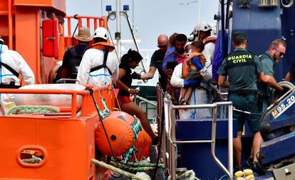 Llegada al puerto de Almería de una de las dos pateras rescatadas esta semana por Salvamento Marítimo.