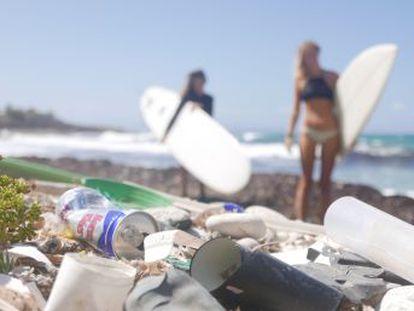 Los chicos de la  startup  Seabin Project pasaron de diseñar productos de plástico a crear un cubo que recogiera los que se encontraban mientras surfeaban.