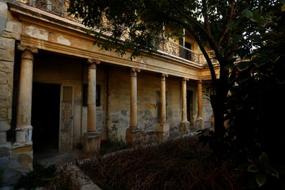 La balaustrada, el pórtico y el patio de Villa Guardamangia, en Pieta, Malta, en julio de 2020.