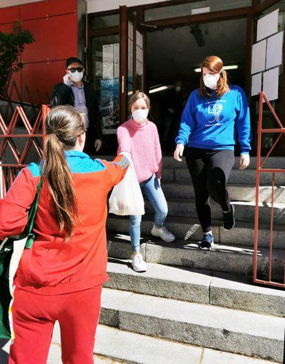 El Ayuntamiento de Getafe entrega 1.000 comidas diarias a mayores, niños que recibían becas de comedor y a familias con pocos recursos.