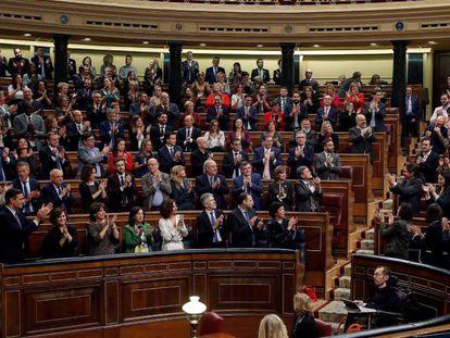 Los diputados del PSOE y de Unidas Podemos se aplauden mutuamente tras las intervenciones de los portavoces del grupo de Unidas Podemos ante el pleno del Congreso. En vídeo, el resumen del discurso de Sánchez.