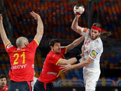 Viran Morros (centro) trata de frenar a Mikkel Hansen este viernes en la semifinal del Mundial entre España y Dinamarca.