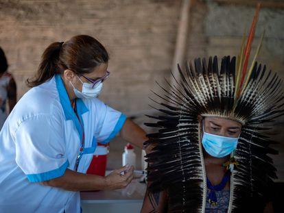 El jefe indígena Jurema Nunes recibe una dosis de la vacuna china Sinovac Biotech en la ciudad de Marica, en el Estado de Rio de Janeiro, el pasado enero.