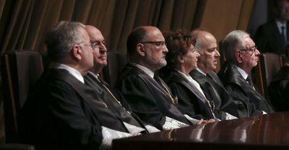 Pérez de los Cobos tercero por la izquierda, en la toma de posesión de los nuevos magistrados del Tribunal Constitucional.