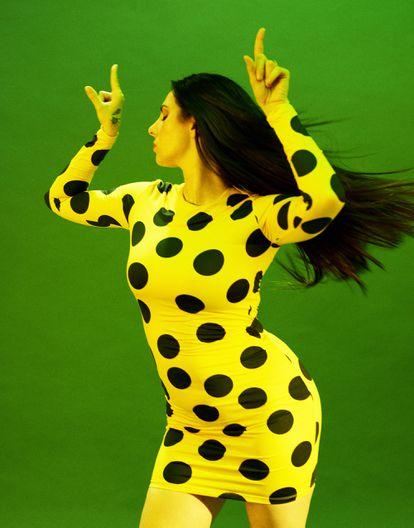 """""""He sido siempre una farolera. Ha sido muy divertido vivir"""", dice La Mala. En la imagen, la cantante lleva vestido de María Escoté."""