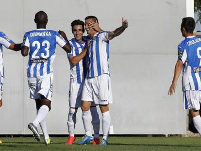 Alberto Martín recibe la felicitación de sus compañeros tras marcar el primer gol del encuentro en el campo del Leganés.