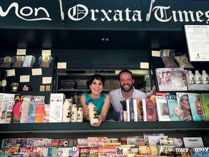 Ana y José Manuel Rodríguez en el nuevo quiosco de prensa y horchata.
