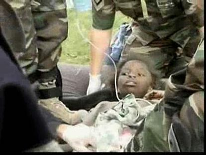 Los haitianos buscan a los suyos entre los escombros