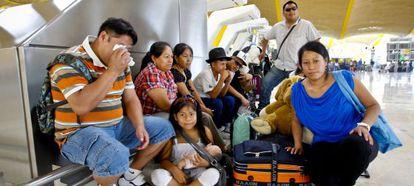 Inmigrantes latinoamericanos antes de partir hacia su país de origen.