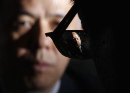 El presidente de TEPCO, Naomi Hirose, visto a través de las gafas de un periodista que le estaba entrevistando en 2012
