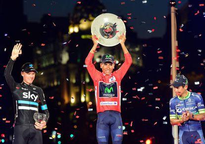 El ciclista colombiano,ganador de la Vuelta a España 2016 del equipo Movistar, Nairo Quintana (c), con el segundo clasificado,el británico del equipo Sky,Chris Froome (i) y con el tercer clasificado, su compatriota del equipo Orica,Esteban Cháves.