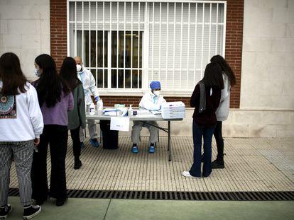 Pruebas PCR a alumnas de un colegio de Madrid, en diciembre.