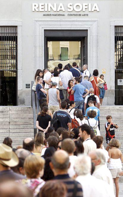 Cola de visitantes para entrar al museo Reina Sofía, el centro que tiene más <i>amigos</i> en la Red.