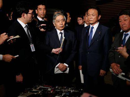 El gobernador del Banco de Japón, Haruhiko Kuroda, escoltado por el ministro de Finanzas, Taro Aso, y el de Economía, Toshimitsu Motegi.
