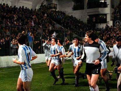 Los jugadores de la Real celebran con su público la Supercopa de 1982.