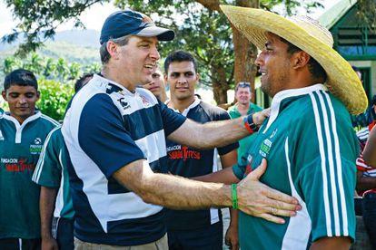 Saludo entre Alberto Vollmer, presidente de Ron Santa Teresa, y José Gregorio Rodríguez, uno de los atracadores del asalto que originó el Proyecto Alcatraz y actual entrenador de rugby
