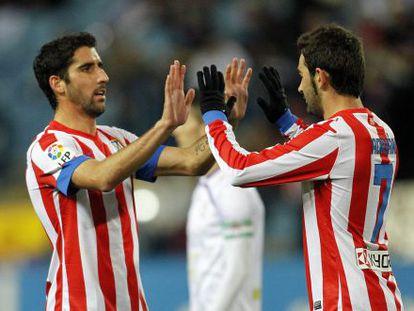 Raúl García y Adrián celebran el gol del triunfo