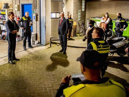 El primer ministro en funciones, Mark Rutte, se dirige a los miembros de una comisaría de policía en Rotterdam, este jueves.