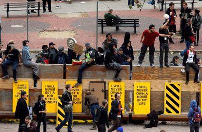 Miembros del movimiento Ocupa Wall Street, en la plaza Duarte de Nueva York, esta mañana.