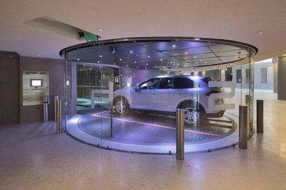 Un coche en un ascensor de la torre.