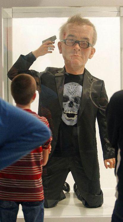 Escultura de Eugenio Merino, expuesta en Arco 2009, en la que se ve al artista británico Damien Hirst suicidándose.