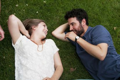 Elizabeth Olsen y Josh Radnor, en 'Amor y letras'.