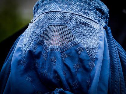 Una mujer cubierta con un burka durante una manifestación contra el conflicto en Afganistán, en Bruselas, este 18 de agosto.