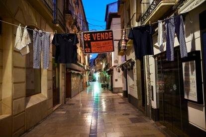 Dueños de un bar colocaron un cartel de 'Se vende la Calle Navas', la principal para la hostelería en Granada, en protesta por las restricciones.