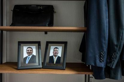 Fotografías de los escoltas Edgar y Rafael, en el gabinete personal de García Harfuch.