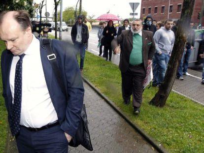 El abogado de Ali, Horst Webber, increpado antes de la junta