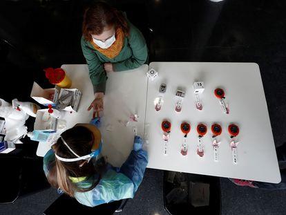 Una enfermera realiza este viernes el test rápido de coronavirus a personal sanitario y sociosanitario (residencias).